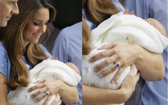 Kate Middleton deixa o hospital com o filho nos braços nesta terça-feira (23)