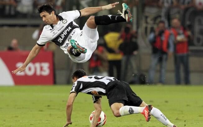 Aranda sofre falta dura de Josué na final da  Libertadores