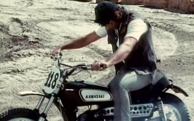 No filme de 1970, C.C. rouba uma Kawasaki 250 para participar de uma prova de motocross