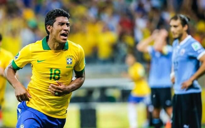 Paulinho marca e comemora gol da vitória do  Brasil sobre o Uruguai
