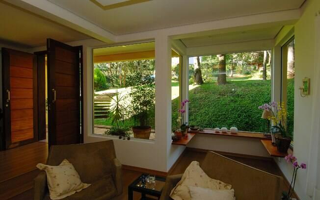 Quando o assunto é casa no meio do verde,  nada melhor do que evitar as cortinas e privilegiar a vista
