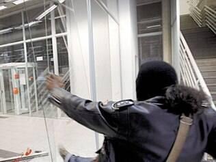 Vândalo depreda agência bancária na avenida João Pinheiro, em BH
