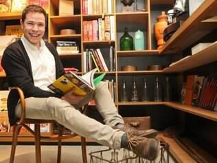 Na biblioteca do Alma Chef, Felipe Rameh repassa