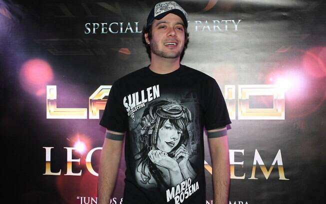 O ex-BBB Max Porto compareceu à festa do cantor Latino em uma boate em São Paulo