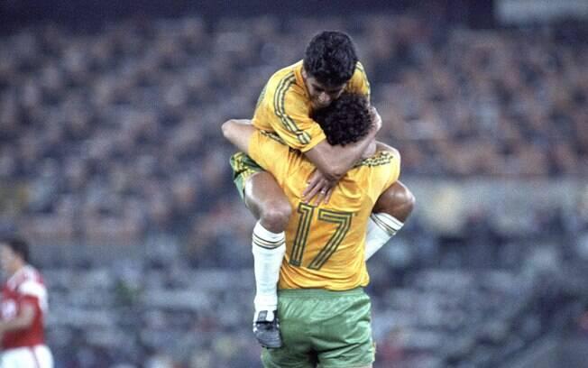 Bebeto e Romário, eles mesmo, comemoram gol na final, mas deu prata