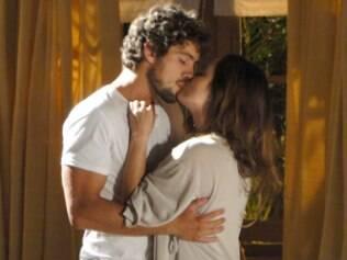 Em sonho, Ana é beijada por Rodrigo
