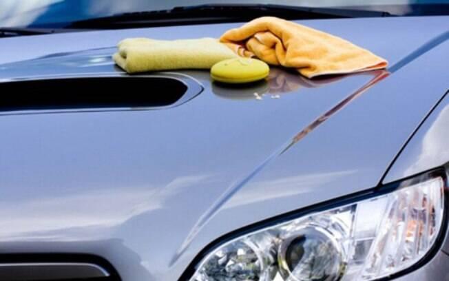 Limpe bem o carro antes de deixá-lo parado. Migalhas de comida no interior pode atrair animais, enquanto a poeira pode arranhar a pintura quando colocar a capa protetora.