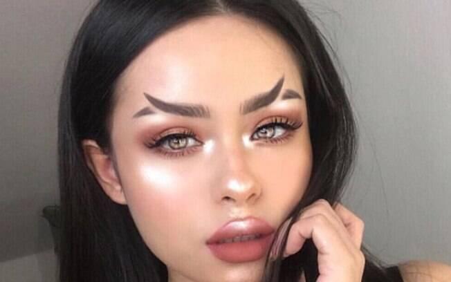 As blogueiras de maquiagem estão publicando fotos das sobrancelhas em formato de rabo de peixe nas redes sociais
