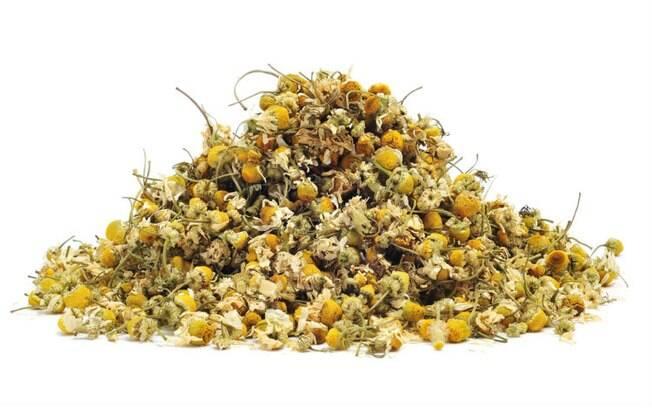 O chá de camomila, junto com o de erva cidreira, alivia os efeitos da TPM