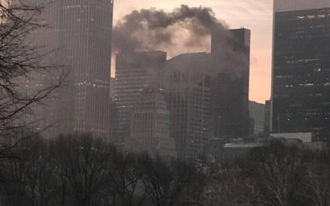 Bombeiros estão na Trump Tower, em Nova York, após um incêndio atingir o topo do famoso prédio