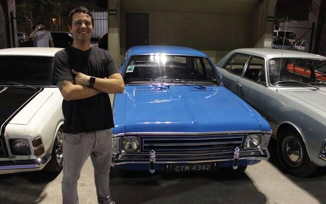 Rodrigo posa ao lado de seu Opala 1973. A cor azul imperial era exclusiva daquele ano