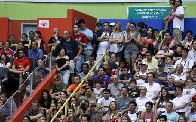 Torcida foi forçada a se acomodar nas escadas  do Ginásio do Ibirapuera