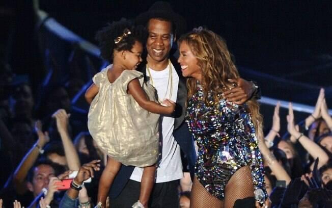 Jay-Z ao lado de esposa Beyoncé e filha Blue Ivy em apresentação do VMA em 2014
