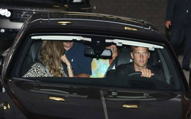Gisele Bündchen janta com Tom Brady e casal de amigos
