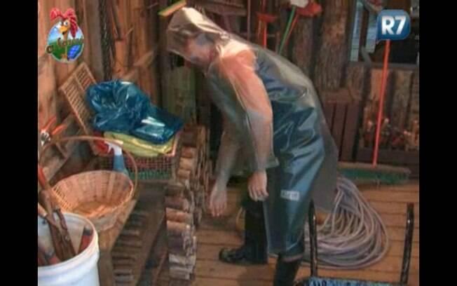 Marlon pega lenha para cozinhar o almoço