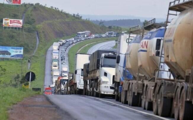 Fila de caminhões na BR-060, que liga Brasília a Goiânia