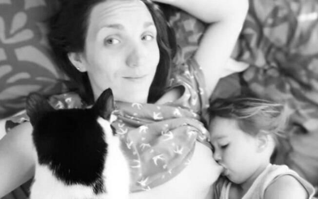 A mãe, que defende a amamentação prolongada, foi criticada pelos internautas ao publicar foto no Instagram