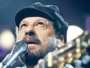 No palco, João Bosco é acompanhado só de seu violão de nylon