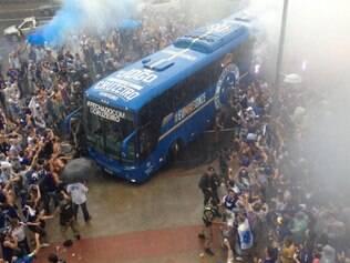Ônibus do Cruzeiro é recebido com festa pela torcida na chegada ao Mineirão