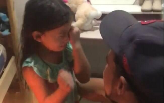 Filha se emocionou quando o pai chegou em casa após passar o dia trabalhando.