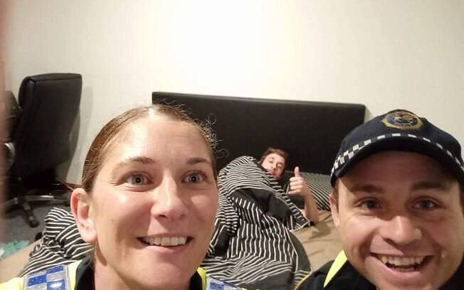 Policiais tiraram foto com o bêbado para que ele se lembrasse como chegou em casa; imagem foi parar no Facebook