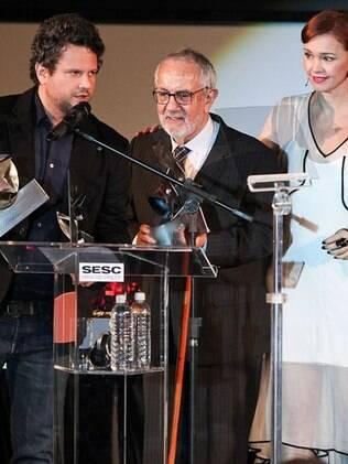 Julia Lemmertz recebe no palco os vencedores Paulo Jose e Selton Mello