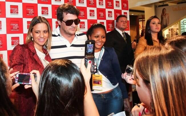 Marcelo Serrado cercado por fãs em evento: