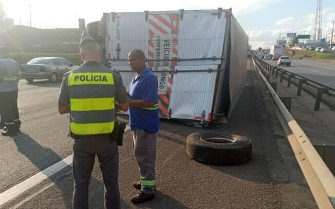 Carreta tomba na Anhanguera após acidente com carro e caminhão