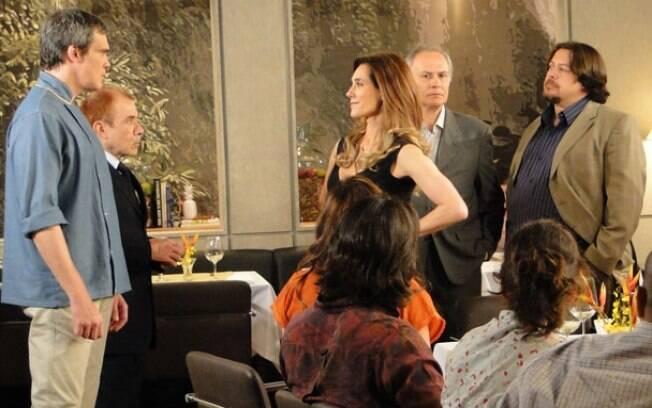 René (Dalton Vigh) fica chocado quando Tereza Cristina (Christiane Torloni) conta que foi Griselda (Lília Cabral) quem financiou o Brasileiríssimo