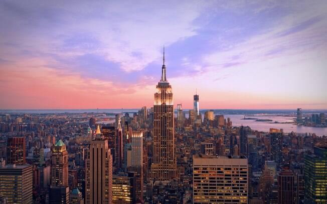 Vista panorâmica de Nova York e do Empire State Building durante o entardecer