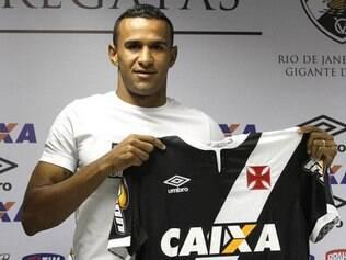 Serginho recebe a camisa cruzmaltina