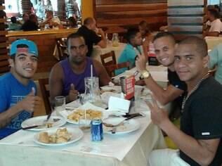 Walter em churrascaria com amigos, entre eles Rafinha (ao seu lado), volante do Fluminense