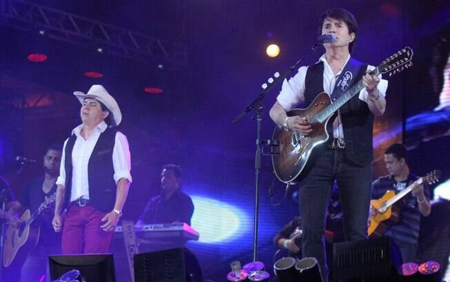 Chitãozinho e Xororó se apresentam no Caldas Country Show