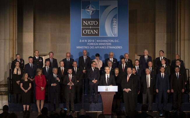 Secretário-geral da Otan, o norueguês Jens Stoltenberg, ao centro, discursa na comemoração de 70 anos da aliança militar do Ocidente