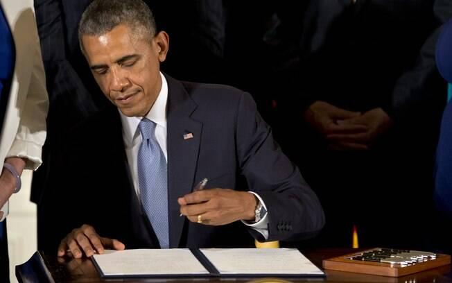 O presidente Barack Obama assina ordem executiva para proteger os trabalhadores LGBT contra a discriminação no local de trabalho