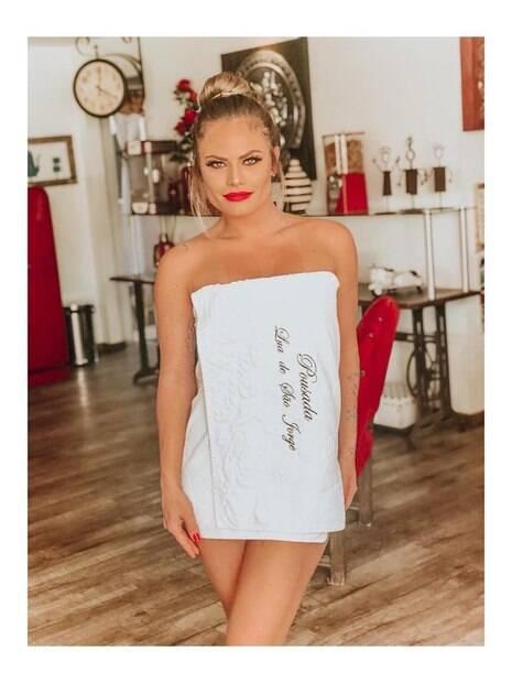Nati Casassola posa de toalha e recebe elogios dos fãs: