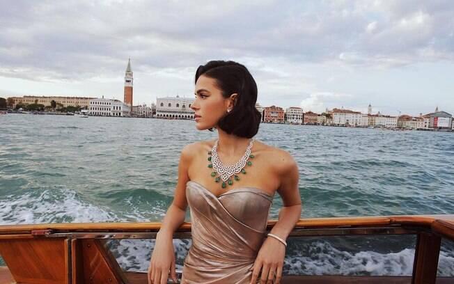 Bruna Marquezine posa para foto em parceria com a relojoaria Jaeger-LeCoultre.