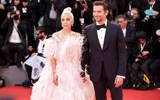 Lady Gaga e Bradley Cooper estreiam