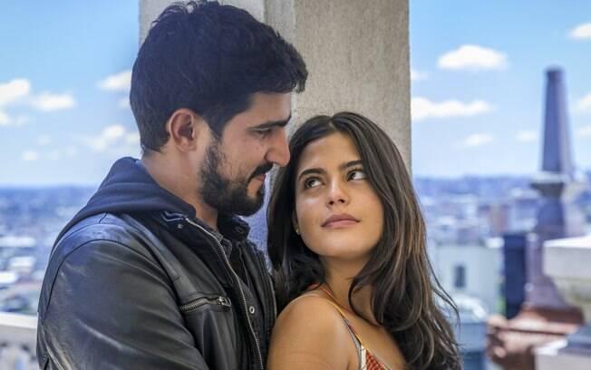 Jamil (Renato Góes) e Laila (Julia Dalavia)