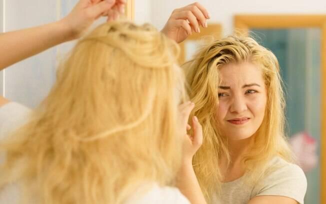 A produção de óleo em excesso deixa o cabelo oleoso fique com aspecto 'sujo' - mas é importante encontrar soluções