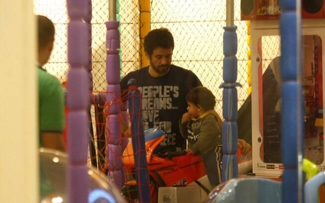 Eriberto Leão brinca com o filho, João, em shopping do Rio