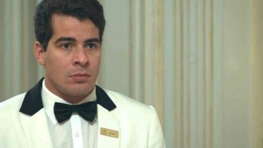 Júlio fica tenso ao saber que os garçons do Carioca Palace terão que depor novamente