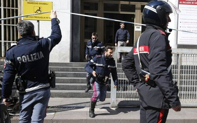 Polícia corre do lado de fora de tribunal em Milão, Itália, depois de tiros terem sido relatados dentro de uma sala de audiência