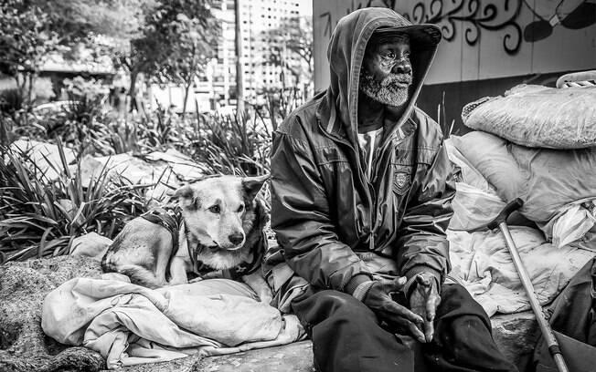 Os moradores de rua e seus animais de estimação estão precisando de ajuda no momento de quarentena em que boa parte da população está em casa
