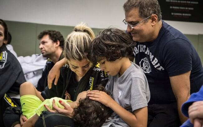 Nair com o marido e os dois filhos