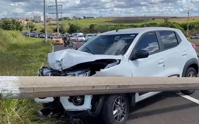 Mulher perder controle do carro e derruba poste em Campinas