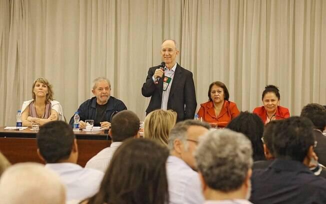 Rui Falcão discursa enquanto é observado por Lula em coletiva do PT, na segunda-feira (30)