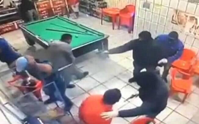 Encapuzados entraram em bar e perguntaram quem tinha passagem pela polícia antes de disparar