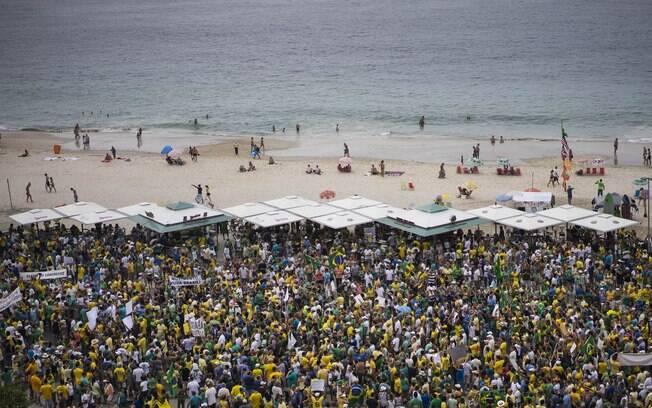 No Rio de Janeiro, manifestantes tomaram a praia de Copacabana para reclamar do governo federal. Foto: AP Photo/Felipe Dana