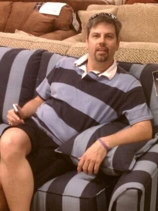 A camisa dele combinando com o sofá.